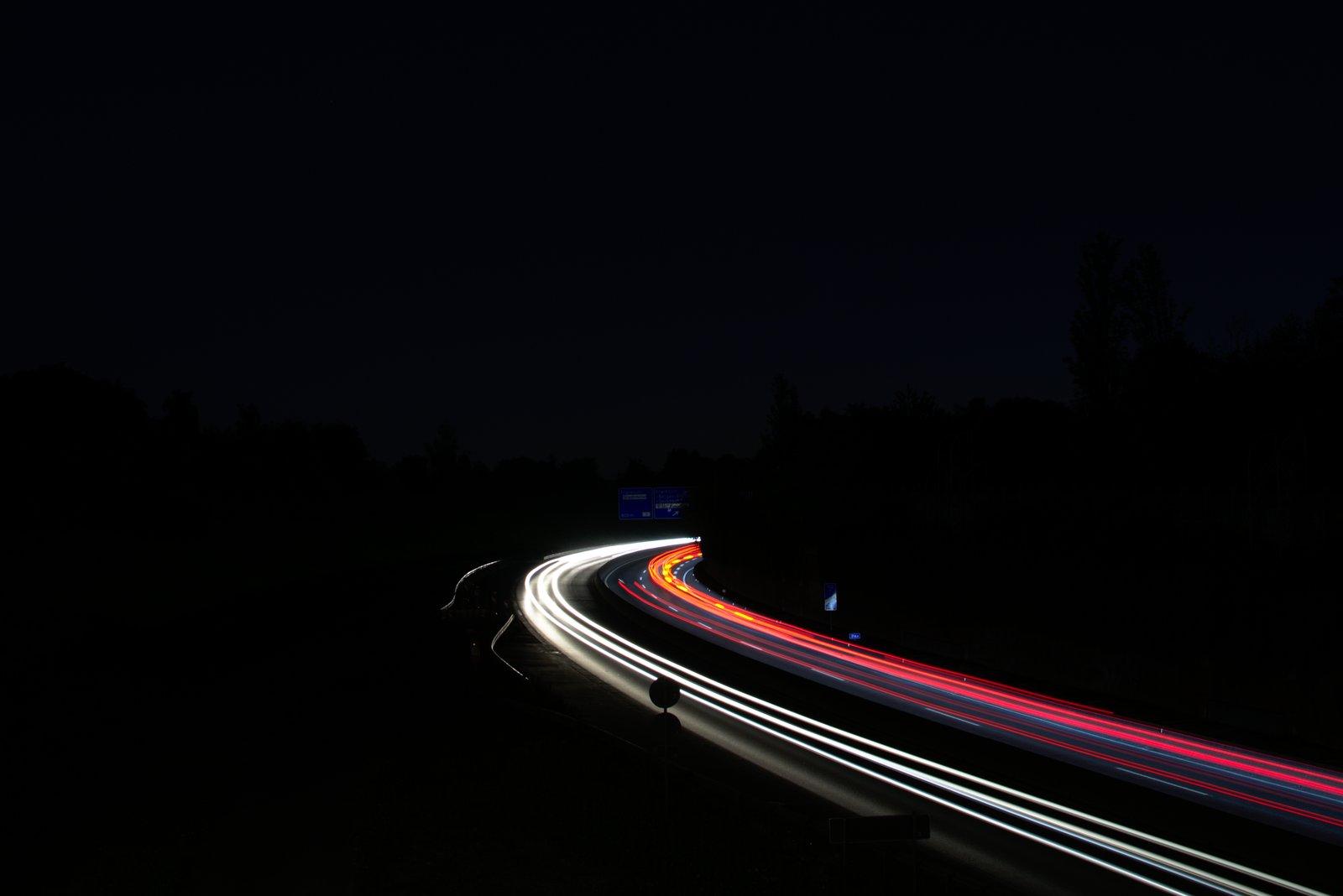Frankfurter Skyline, EZB und fahrende Autos bei Nacht. 3