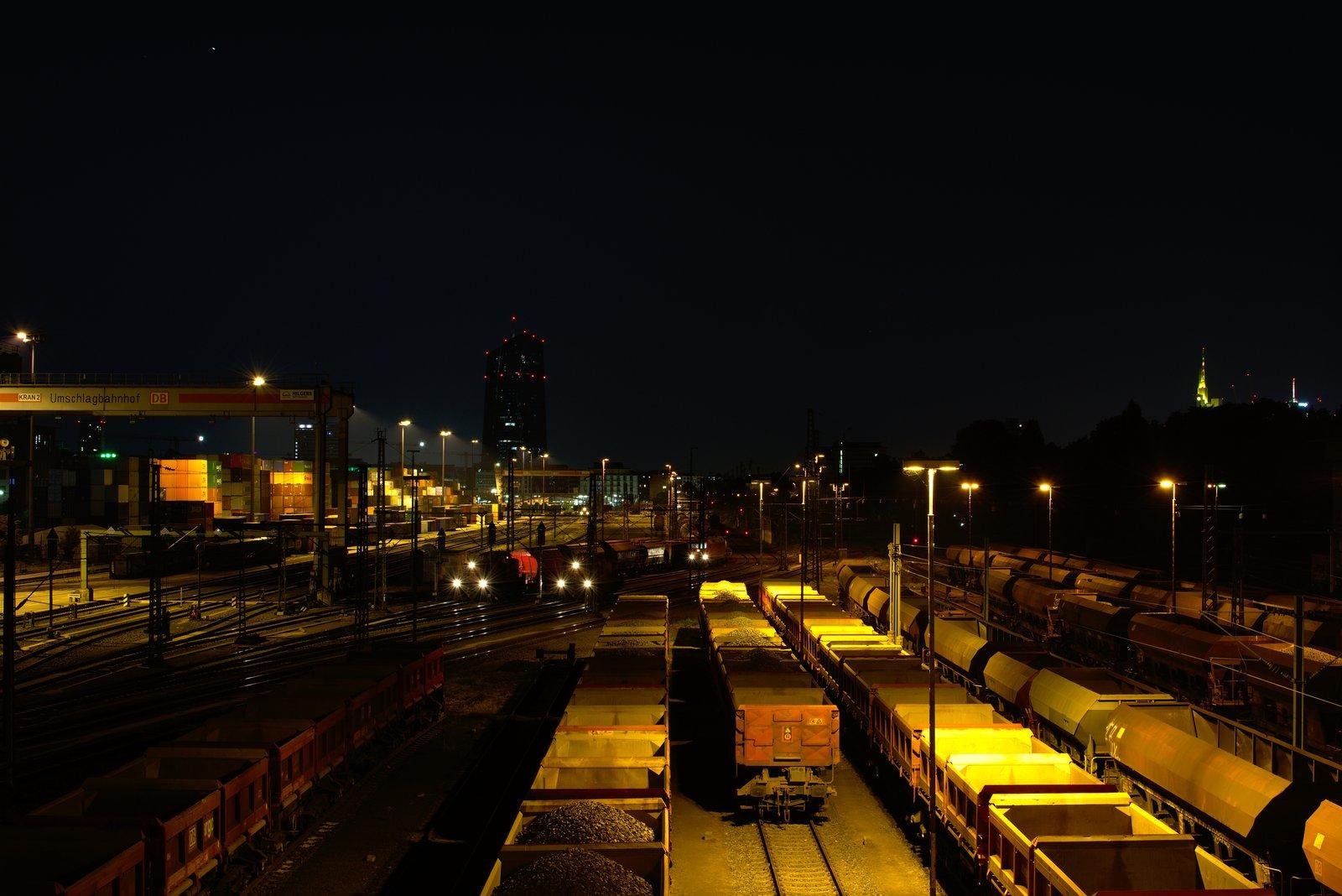 Frankfurter Skyline, EZB und fahrende Autos bei Nacht. 4