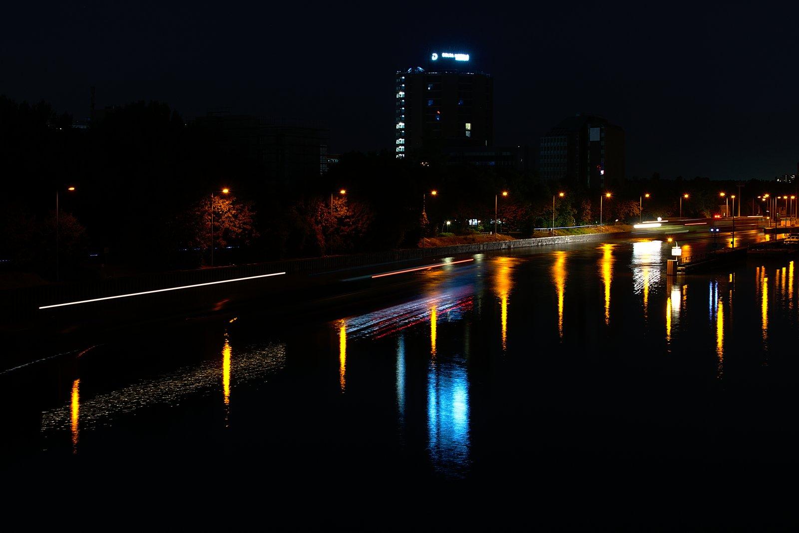 Frankfurter Skyline, EZB und fahrende Autos bei Nacht. 6