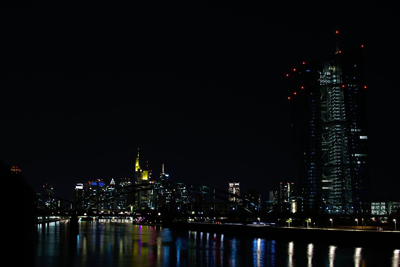 Frankfurter Skyline, EZB und fahrende Autos bei Nacht. 7