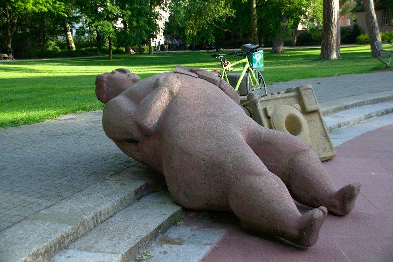 Nackte Skulptur Spielplatz Wasserspiele im Günthersburgpark