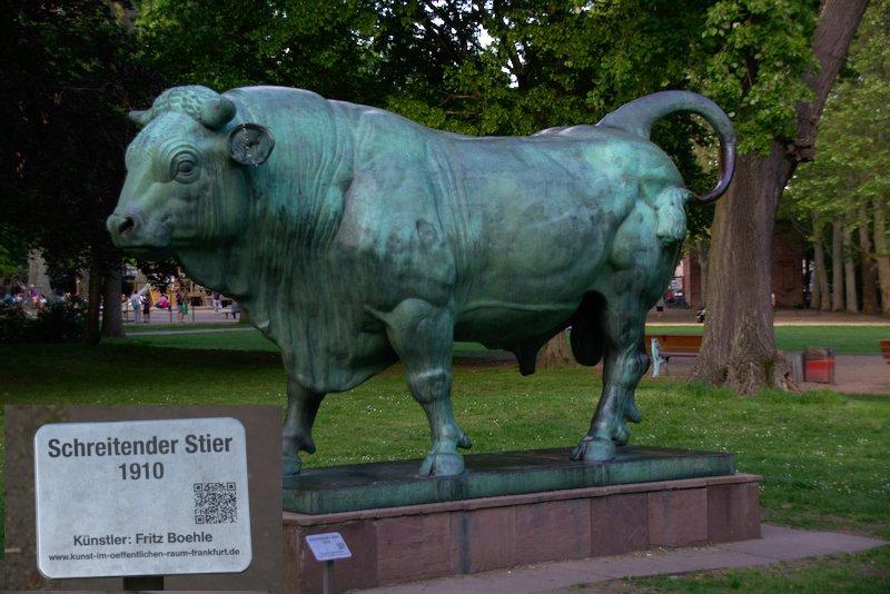 Schreitender Stier by fRITZ bOEHLE