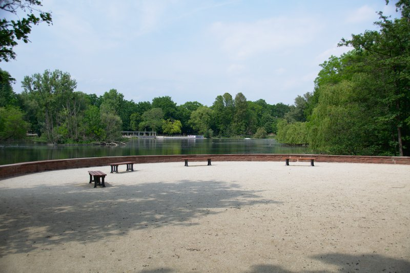 Seats in front of the Ostparkweiher