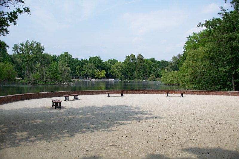 Sitzbänke vor dem Ostparkweiher