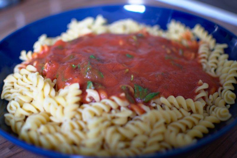 Kichererbsen Nudeln mit Tomatensauce und Basilikum Blättern