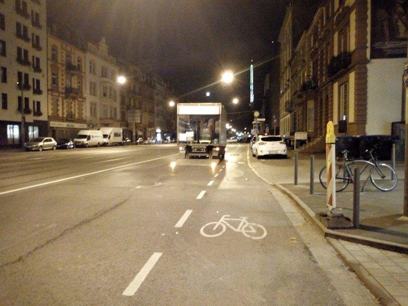 LKW steht nicht auf dem Radweg sondern auf der Fahrbahn
