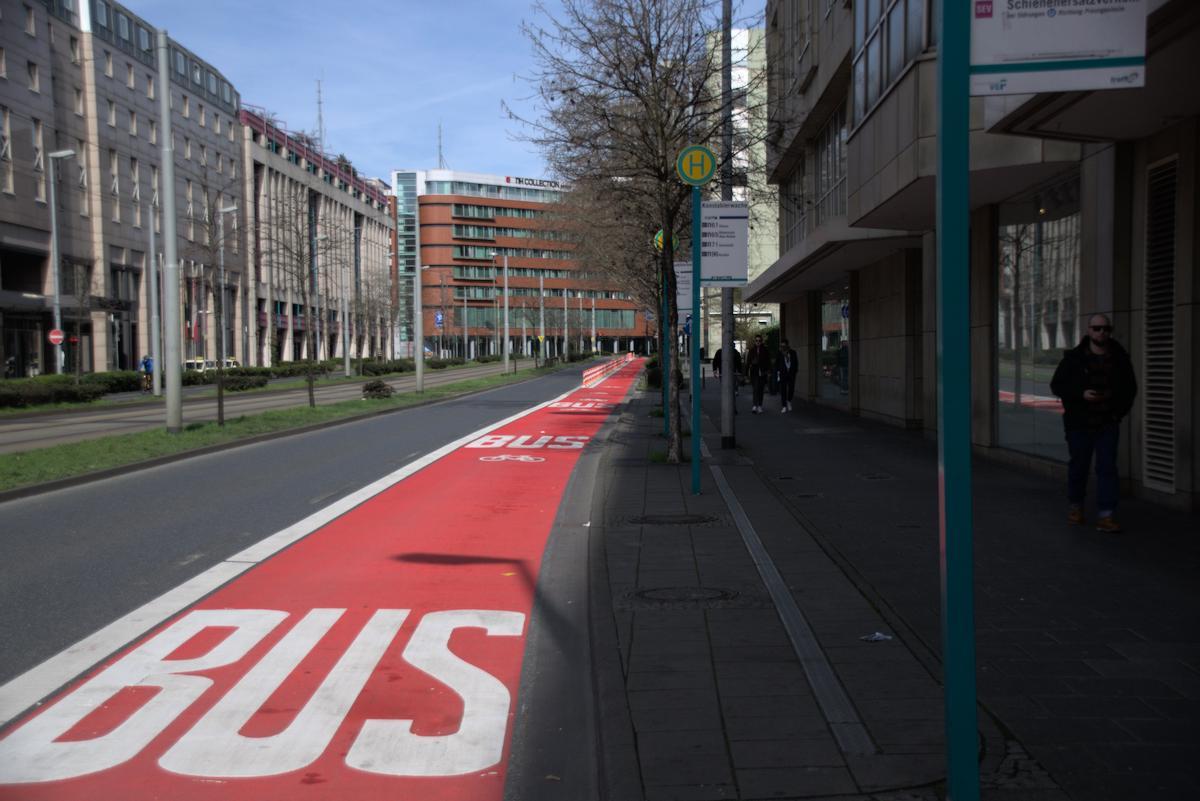 Radfahrer teilen sich den Radstreifen mit dem Bus.