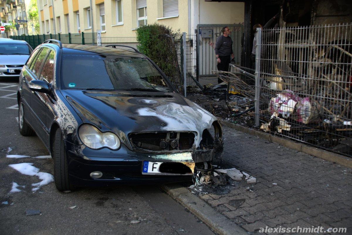 Verbranntes Auto im Baumweg