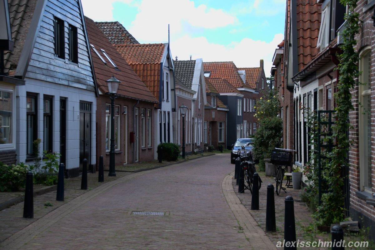 Häuser und Straße auf Texel, Niederlande
