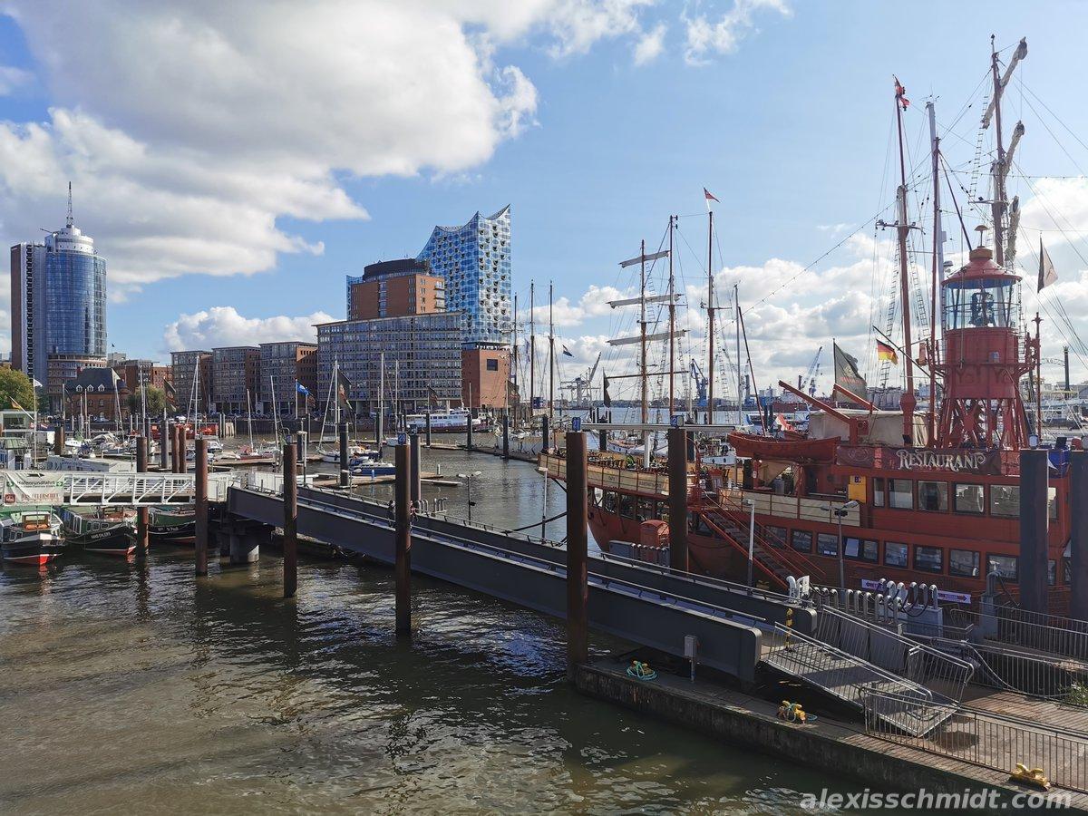 Elbphilharmonie und das Feuerschiff in Hamburg
