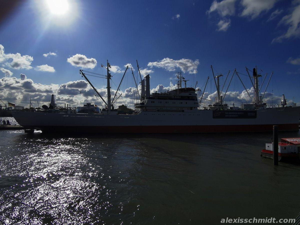 Schiff auf der Elbe in Hamburg